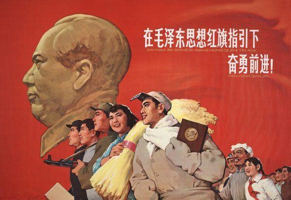 Chiński plakat propagandowy. Na pierwszym planie człowiek niosący książeczkę z cytatami z Mao (fot. domena publiczna)