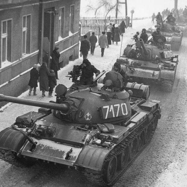 Czołgi T-55 na ulicach Zbąszynia podczas stanu wojennego.