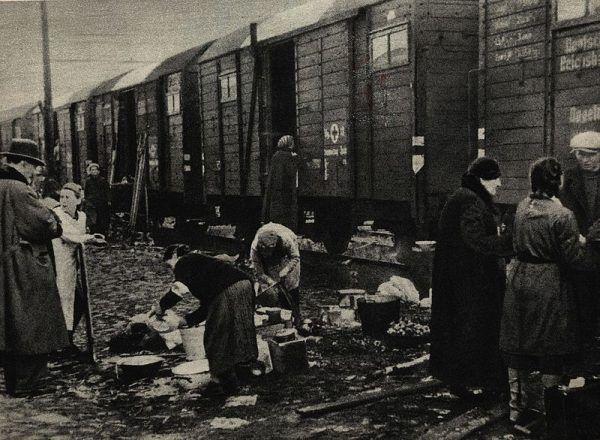 """Podczas okupacji Kwaśniewska pomagała warszawiakom umieszczonym w nazistowskim obozie przejściowym w Pruszkowie. Używała zdjęcia z <a href=""""https://ciekawostkihistoryczne.pl/leksykon/adolf-hitler-1889-1945/"""" target=""""_blank"""" rel=""""noopener"""">Hitlerem</a> jako przepustki, by wyprowadzać więźniów."""