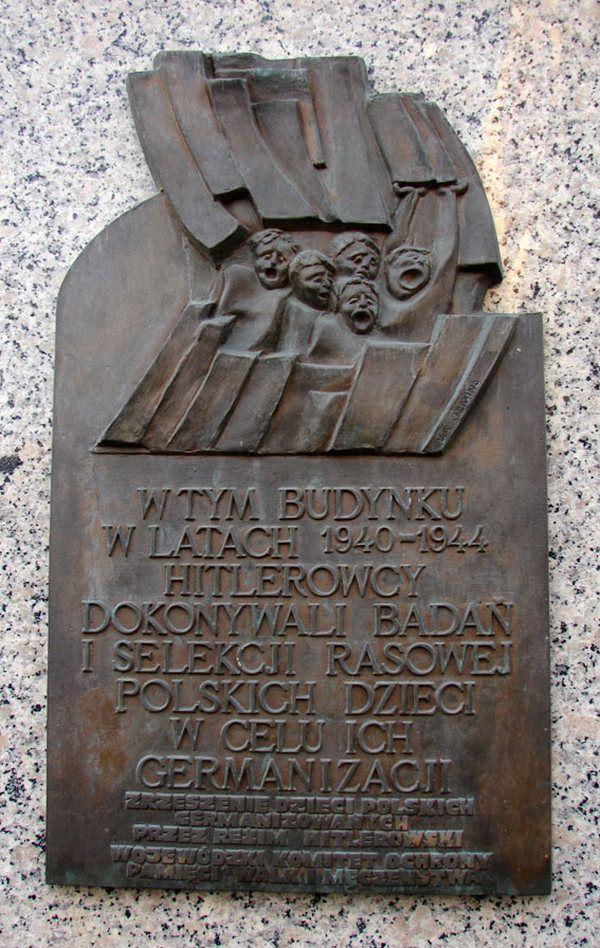 Jedynie około 15-20% porwanych dzieci wróciło po wojnie do Polski. Na zdjęciu Tablica umieszczona na ulicy Piotrkowskiej w Łodzi upamiętniająca dzieci poddane badaniom i selekcji rasowej w celu germanizacji.