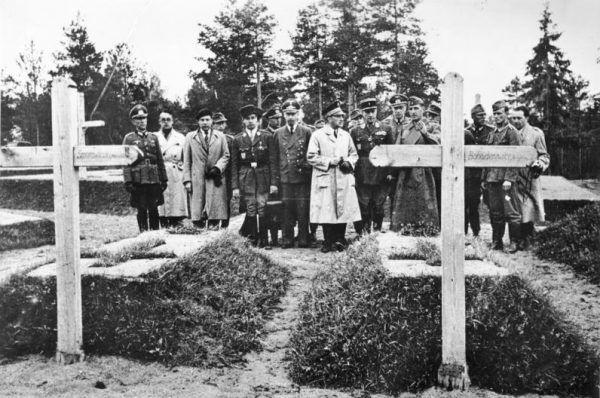 Groby polskich generałów zamordowanych w Katyniu usypane po ekshumacji w 1943 roku.