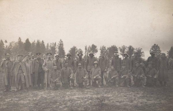 Polacy w niemieckich mundurach walczyli również na froncie wschodnim. Na zdjęciu z 1917 roku grupa niemieckich jeńców. Ciekawe czy wśród nich byli jacyś poznaniacy albo Ślązacy?
