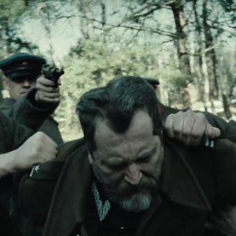 """Wiosną 1940 roku Sowieci zamordowali przedstawicieli polskiej elity. Na zdjęciu kadr z filmu Andrzeja Wajdy """"Katyń""""."""