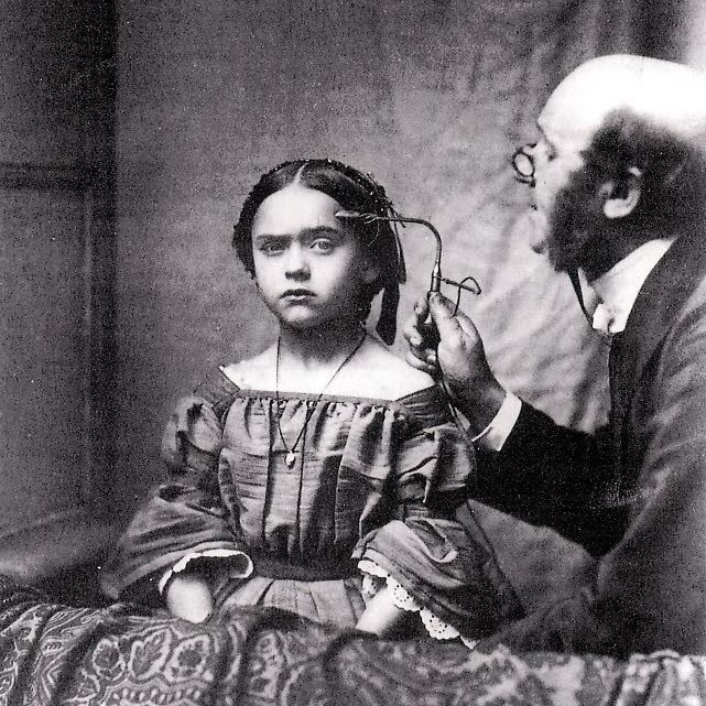 Leczenie chorej umysłowo dziewczynki na fotografii zamieszczonej w XIX-wiecznym francuskim podręczniku medycznym.