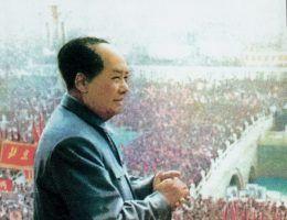 Mao i tłumy wiwatujące na jego cześć około 1950 r. (fot. domena publiczna)