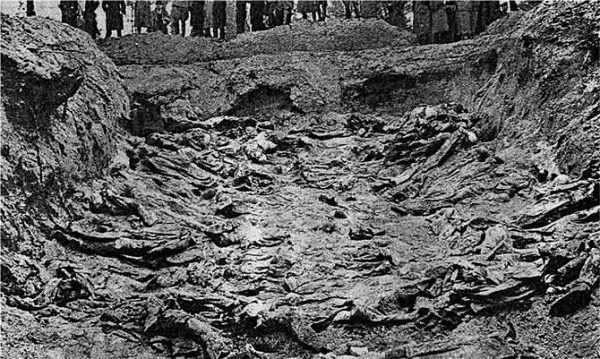 Masowy grób polskich oficerów zamordowanych w Katyniu.