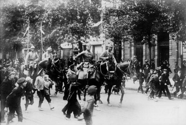 Po tym jak Niemcy zajęli w 1915 roku większość polskich ziem i wprowadzili ostrą cenzurę Maria Rychterówna postanowiła coś z tym zrobić i odniosła spektakularny sukces. Na zdjęciu Niemcy wkraczają do Warszawy.