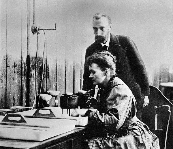 Maria i Piotr Curie pracowali nad wyodrębnieniem radu przez kilka lat.
