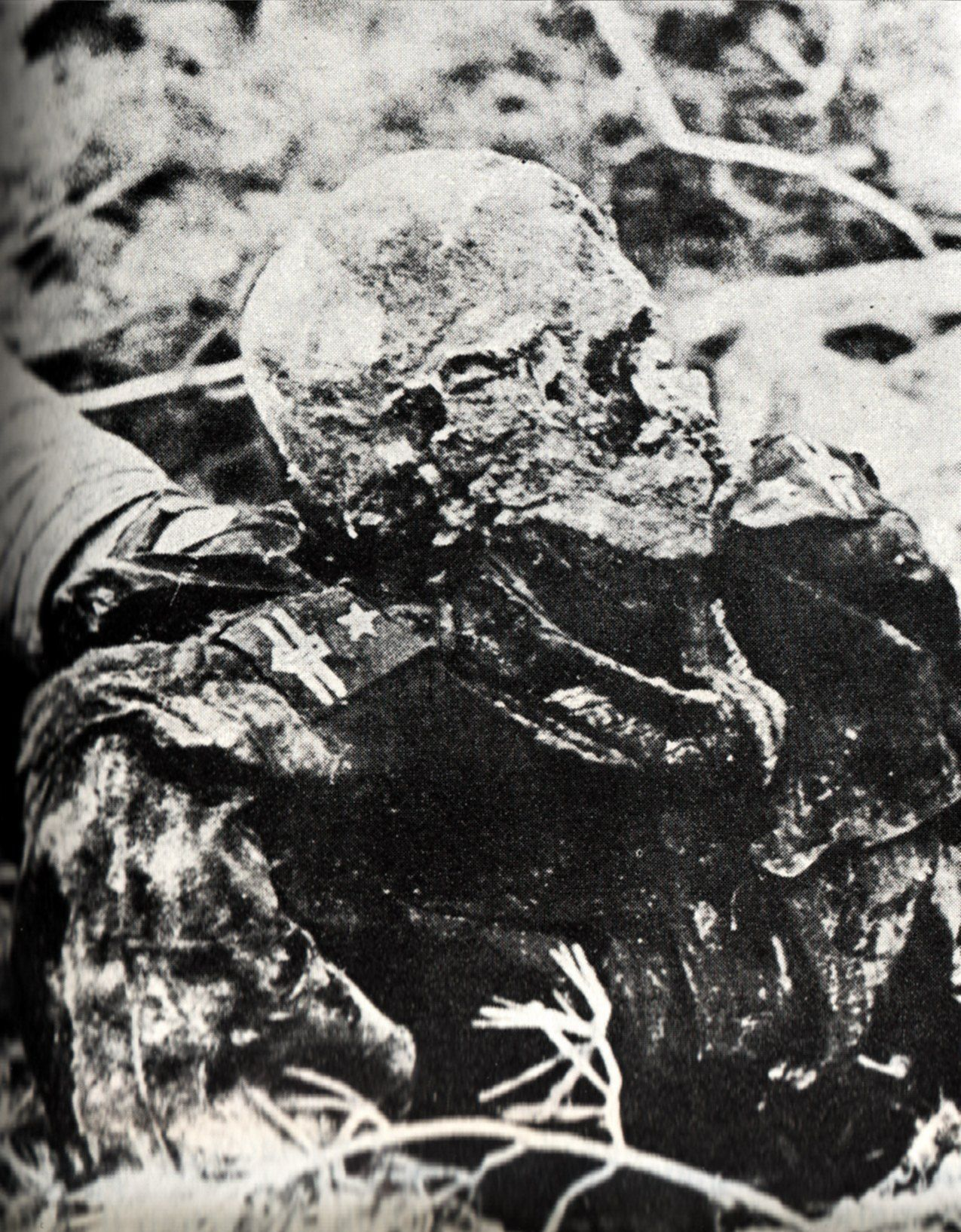 Ciało zamordowanego w Katyniu majora Adama Solskiego na zdjęciu wykonanym w czasie ekshumacji wiosną 1943 roku.