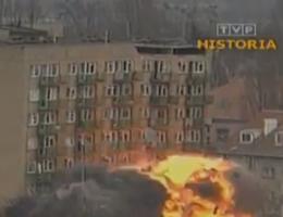 Po wybuchu gazu, który uszkodził strukturę budynku, podjęto decyzję o kontrolowanym wysadzeniu bloku. Strażacy prowadzili akcję ratunkową na gruzowisku.