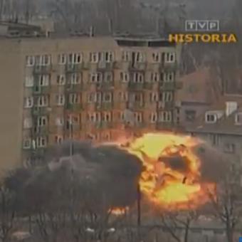 """Po wybuchu gazu, który uszkodził strukturę budynku, podjęto decyzję o kontrolowanym wysadzeniu bloku (kadr z serialu dokumentalnego TVP """"Czarny serial"""", reż. Ewa-Anna Schidlik)."""