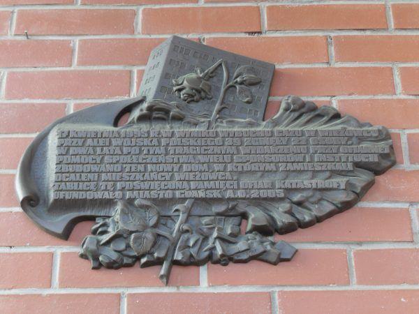 W miejscu feralnego wieżowca stanął nowy budynek. Na jego ścianie znajduje się tablica upamiętniająca ofiary wybuchu.