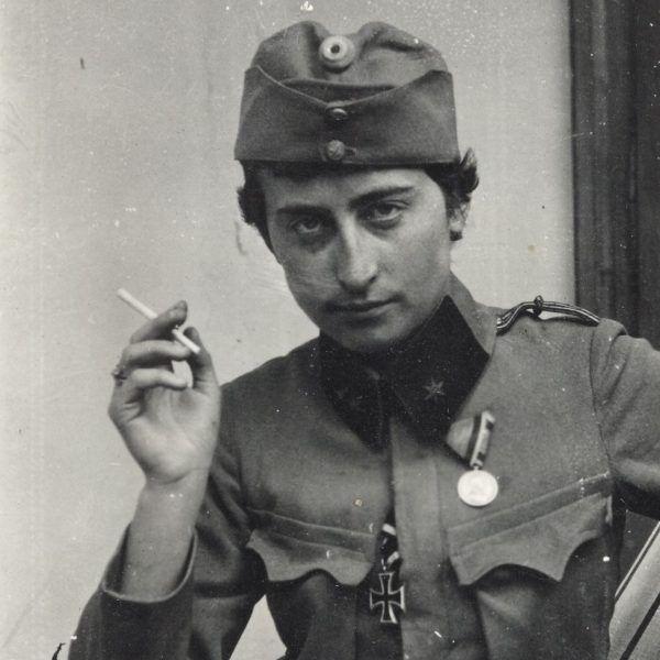 Zofia Zawiszanka - pierwsza wywiadowczyni wysłana na ziemie zaboru rosyjskiego po wybuchu wojny. Tutaj w mundurze wojskowym pożyczonym od kolegi, Janusza Gąsiorowskiego.