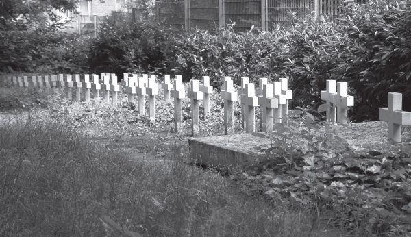 """Miejsce poświęcone pamięci zmarłych niemowląt znajduje się między innymi na cmentarzu w Brunszwiku. Zdjęcie z książki """"Teraz jesteście Niemcami. Wstrząsające losy zrabowanych polskich dzieci""""."""