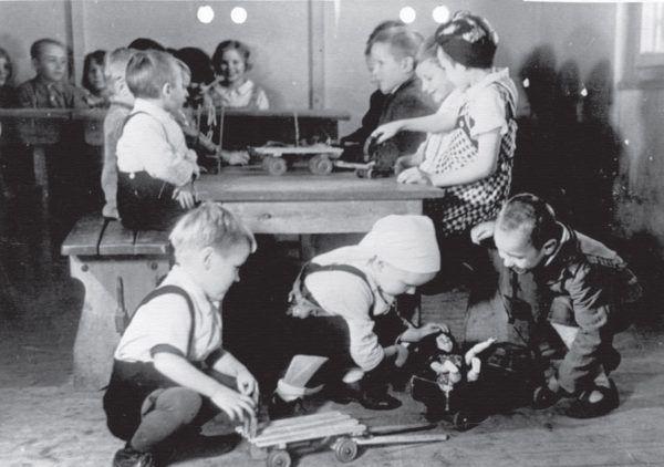 """Polskie robotnice przekonywano, że ich dzieci trafiają pod dobrą opiekę, pokazując im zdjęcia propagandowe. Zdjęcie z książki """"Teraz jesteście Niemcami. Wstrząsające losy zrabowanych polskich dzieci""""."""