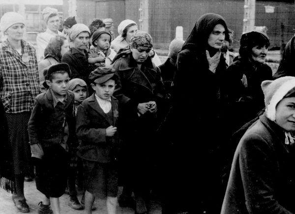 Tylko 400 tysięcy spośród 1,3 miliona osób przywiezionych do obozu zostało zarejestrowanych i skierowanych do pracy przymusowej. Połowa z nich zginęła z głodu i wycieńczenia.