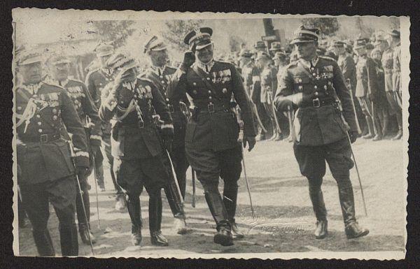 Śmigły-Rydz w otoczeniu wojskowych na fotografii z 1933 roku.