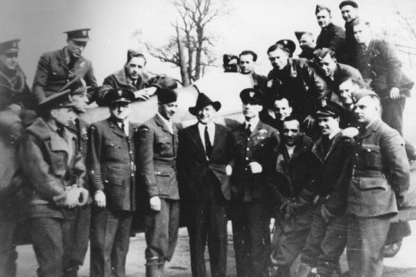 Piloci Dywizjonu 303 podczas wizyty Mariana C. Coopera (w garniturze). który dowodził 7 eskadrą w wojnie polsko-bolszewickiej.