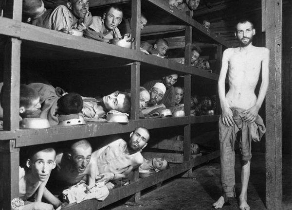 """Jeśli wierzyć opowieściom Brunhilde Pomsel, powojenni jeńcy obozu w Buchenwaldzie mieli się w nim całkiem nieźle – zwłaszcza w porównaniu do poprzednich """"lokatorów"""" tej fabryki śmierci."""