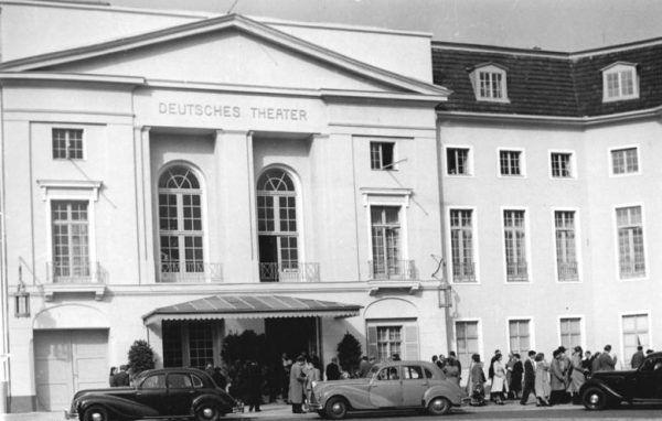 Zanim trafiła do Ministerstwa Propagandy, Brunhilde Pomsel krótko pracowała jako sekretarka m.in. w Deutsche Theater w Berlinie (zdjęcie z października 1953 roku).