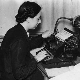 Zbrodnicza machina Trzeciej Rzeszy nie mogłaby działać, gdyby nie armia oddanych kobiet – sekretarek, telefonistek i asystentek (na zdj. anonimowa nazistowska sekretarka).