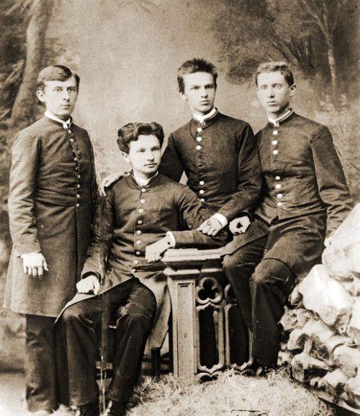 Józef Piłsudski (trzeci z lewej) na forografii z młodości wspólnie z bratem i kolegami