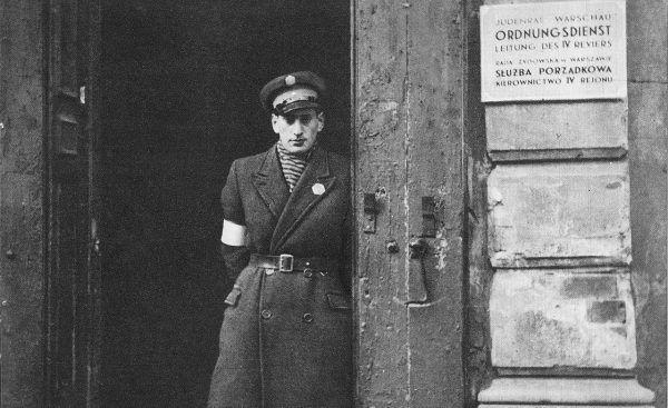 W 1942 roku żydowscy policjanci wspierali niemiecką żandarmerię przy likwidacji gett. Na zdjęciu funkcjonariusz z ulicy Gęsiej 4 w Warszawie. Zdjęcie poglądowe.