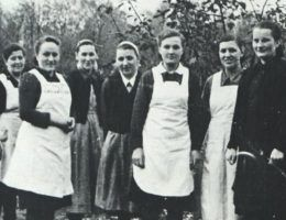 """Personel Gaukinderheimu w Kaliszu. Johanna Zander stoi w środku. Zdjęcie z książki """"Teraz jesteście Niemcami""""."""