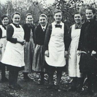 """Personel Gaukinderheimu w Kaliszu. Johanna Zander stoi w środku. Zdjęcie i podpis z książki """"Teraz jesteście Niemcami""""."""