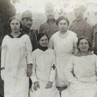 Kobiety w służbie medycznej akceptowano, ale tylko na tyłach. Fotografia wykonana w Wadowicach w 1915 roku