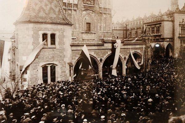 Kraków był pierwszy? Polskie flagi na rynku 31 października 1918 roku