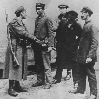 """Zdjęcie z """"Tygodnika Ilustrowanego"""", na którym uchwycono moment rozbrajania niemieckiego żołnierza w Warszawie."""