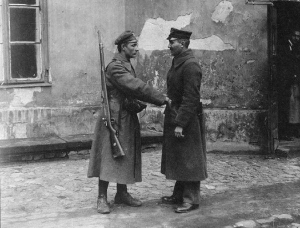 Rozbrajanie niemieckiego żołnierza w Warszawie. Listopad 1918 roku.