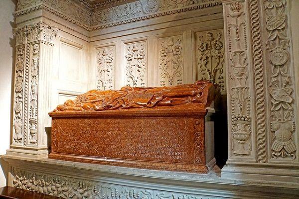 Rozpasanie było jedną z przywar, które wpędziły Olbrachta do grobu. Na zdjęciu nagrobek władcy na Wawelu (fot. Dennis Jarvis, lic. CC BY-SA 2.0).