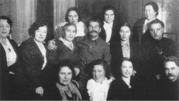 Stalin i Woroszyłow w otoczeniu kobiet. W środkowym rzędzie, druga od prawej, Polina Żemczużyna (fot. materiały promocyjne wydawnictwa Bellona)