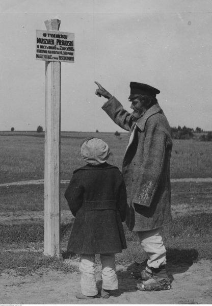 Tablica w Maniewiczach upamiętniająca pobyt Legionistów. O powieszonych chłopcach ani słowa.