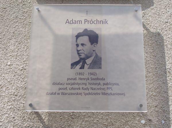 Choć nigdy nie zostało to oficjalnie potwierdzone, z kochanką z młodzieńczych lat Felicją Próchnik (z domu Nossig) Daszyński doczekał się nieślubnego syna. Na zdjęciu: tablica pamiątkowa poświęcona Adamowi Próchnikowi na warszawskim Żoliborzu.