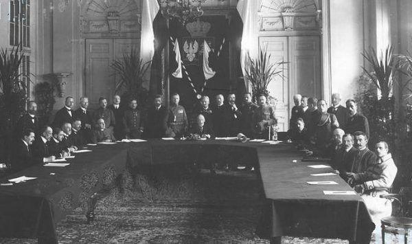 Zdjęcie z inauguracyjnego posiedzenia Tymczasowej Rady Stanu. Dla mężczyzn członkowie ciała chcieli zrobić wiele. Dla kobiet - nic.
