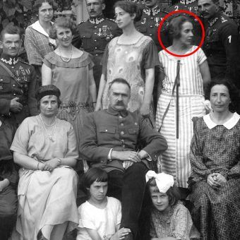 Zofia Zawiszanka w towarzystwie Józefa Piłsudskiego. Zdjęcie zbiorowe wykonane w kilka lat po wojnie