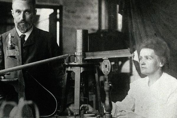 Swoją pierwszą Nagrodę Nobla Skłodowska dzieliła z mężem, Piotrem Curie, oraz Henri Becquerelem.