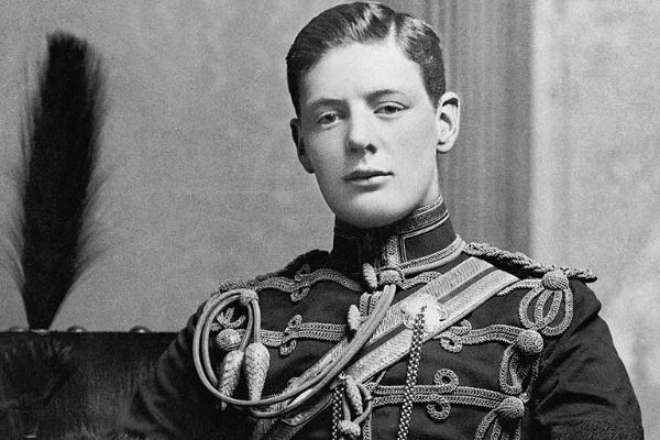 Winston Churchill w huzarskim mundurze na zdjęciu wykonanym w 1895 roku.