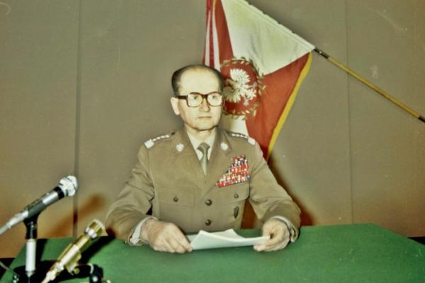 Wprowadzenie stanu wojennego ogłosił w przemówieniu transmitowanym przez radio i telewizję Wojciech Jaruzelski.