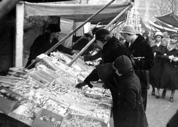 A na choinkę trzeba kupić piękne błyszczące bombki. Fotografia z roku 1932 (fot. NAC, domena publiczna)