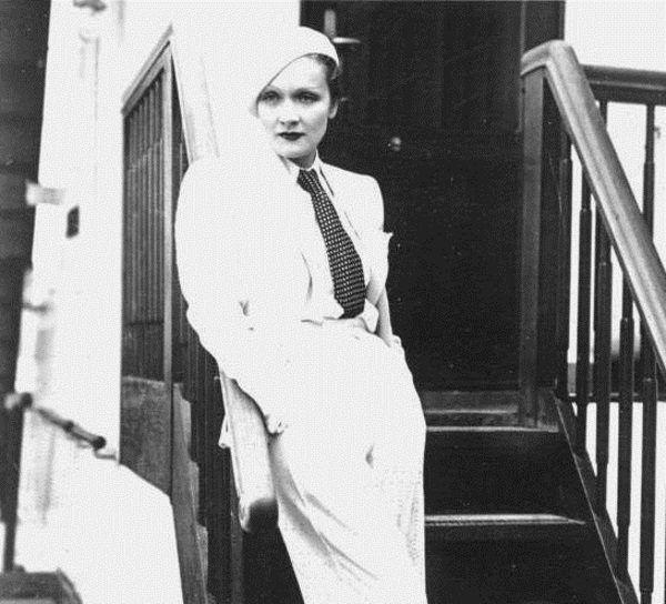Jedną z prekursorek noszenia spodni była Marlena Dietrich, jednak niewiele kobiet odważyło się ją naśladować.