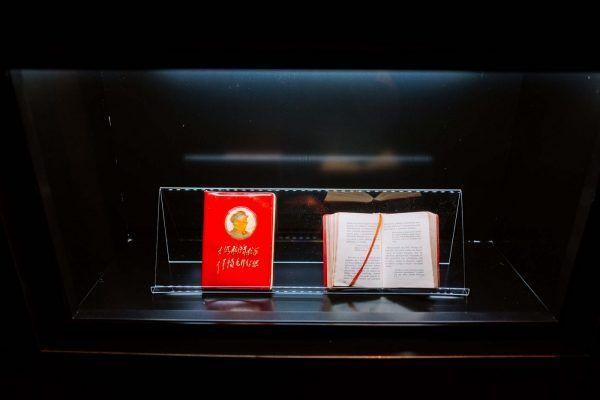 """Na wystawie można zobaczyć między innymi osławioną """"Czerwoną książeczkę"""" Mao."""