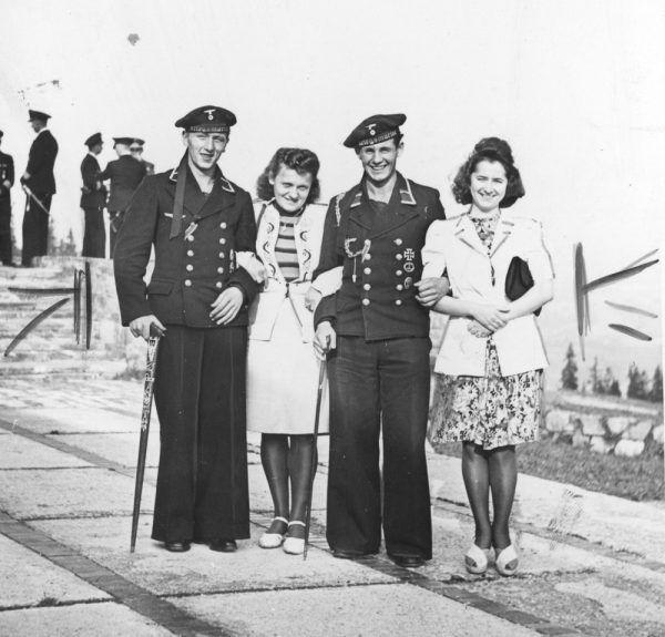 Dwaj marynarze niemieckiej łodzi podwodnej w towarzystwie młodych kobiet w Zakopanem (fot. domena publiczna)