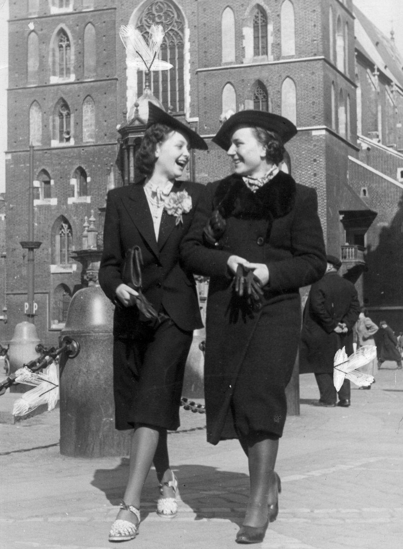 Dwie kobiety na spacerze przed Kościołem Mariackim w sesji niemieckiego fotografa z 1940 roku (fot. domena publiczna)