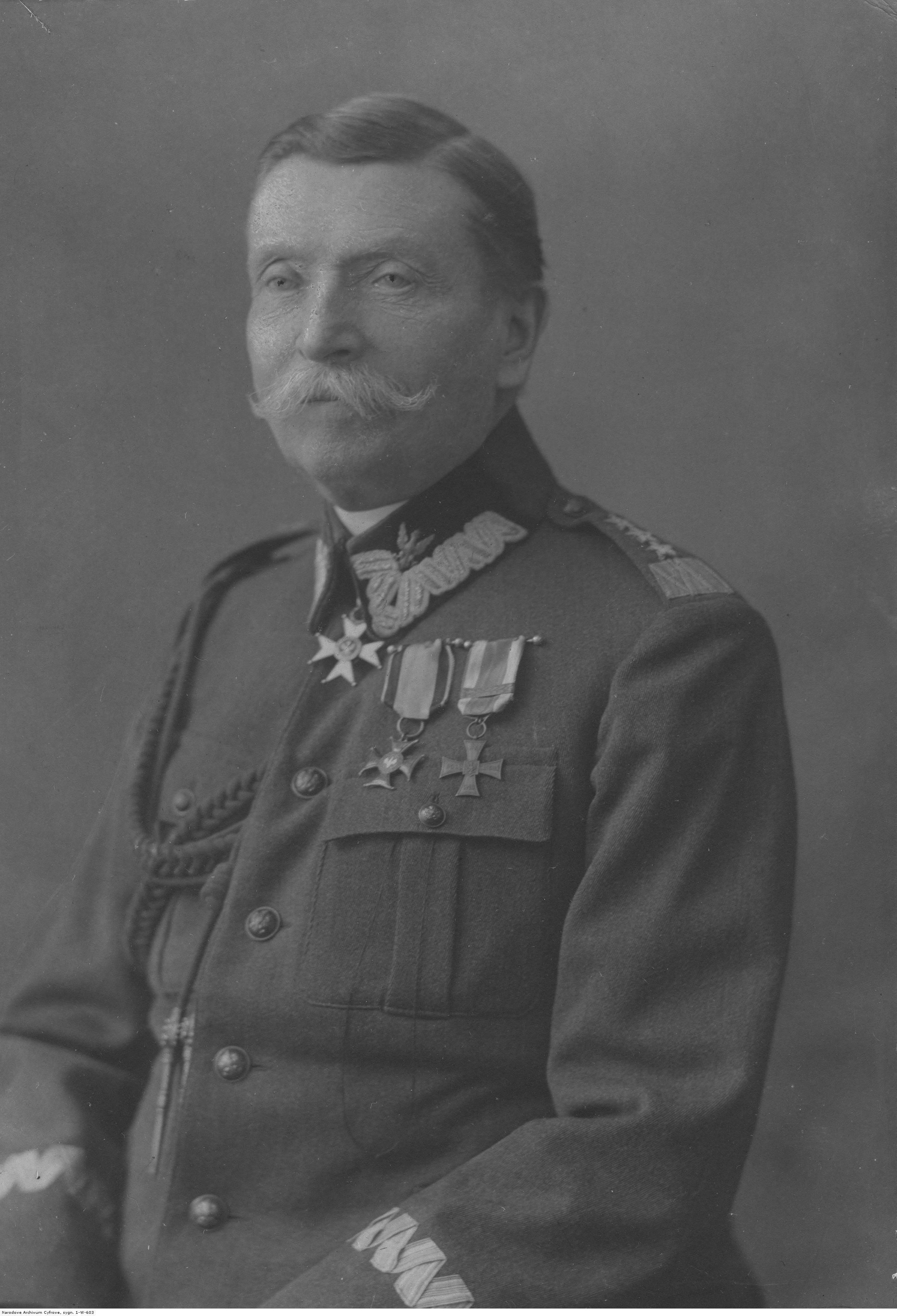 Generał Karol Trzaska-Durski na fotografii portretowej.