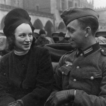 Kraków. Żołnierz niemiecki i młoda kobieta w dorożce (fot. domena publiczna)
