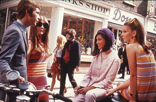 W latach 60. spodnie nareszcie zostały w pełni zaakceptowane. Na zdjęciu Carnaby Street w Londynie w 1966 roku.